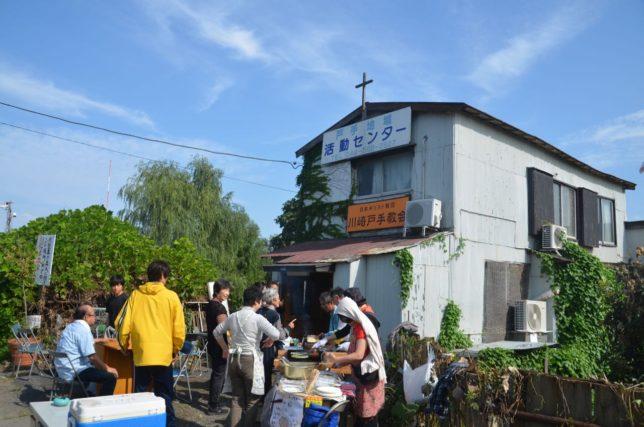 教会の前には野外飲食コーナー